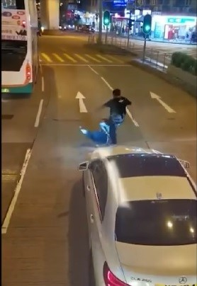 【有片】疑急煞險釀意外巴士車長下車理論被毆 警拘平治司機