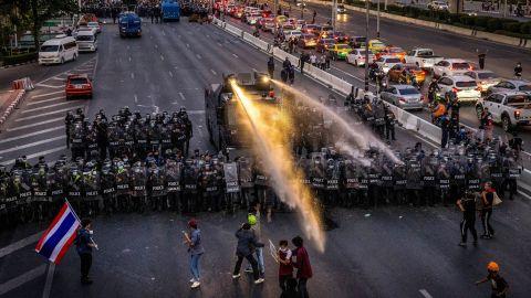泰國再爆示威促國王放棄兵權 警方以橡膠子彈催淚彈水炮驅散 至少16傷