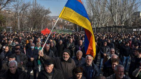 亞美尼亞政局動蕩 軍方要求總理下台 反總理示威者闖進政府大樓