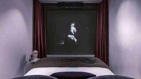 【藝聞】歐洲首間影院酒店開業:「屏幕比床還要大」