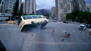 【車cam直擊】遭私家車欄腰撞飛 沙田五旬小巴司機爆頭亡