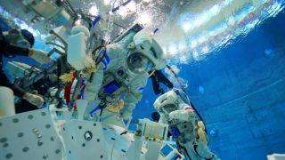 神舟十二號航天員水下訓練影像公開:每次六個鐘 累到手臂都抬不起來