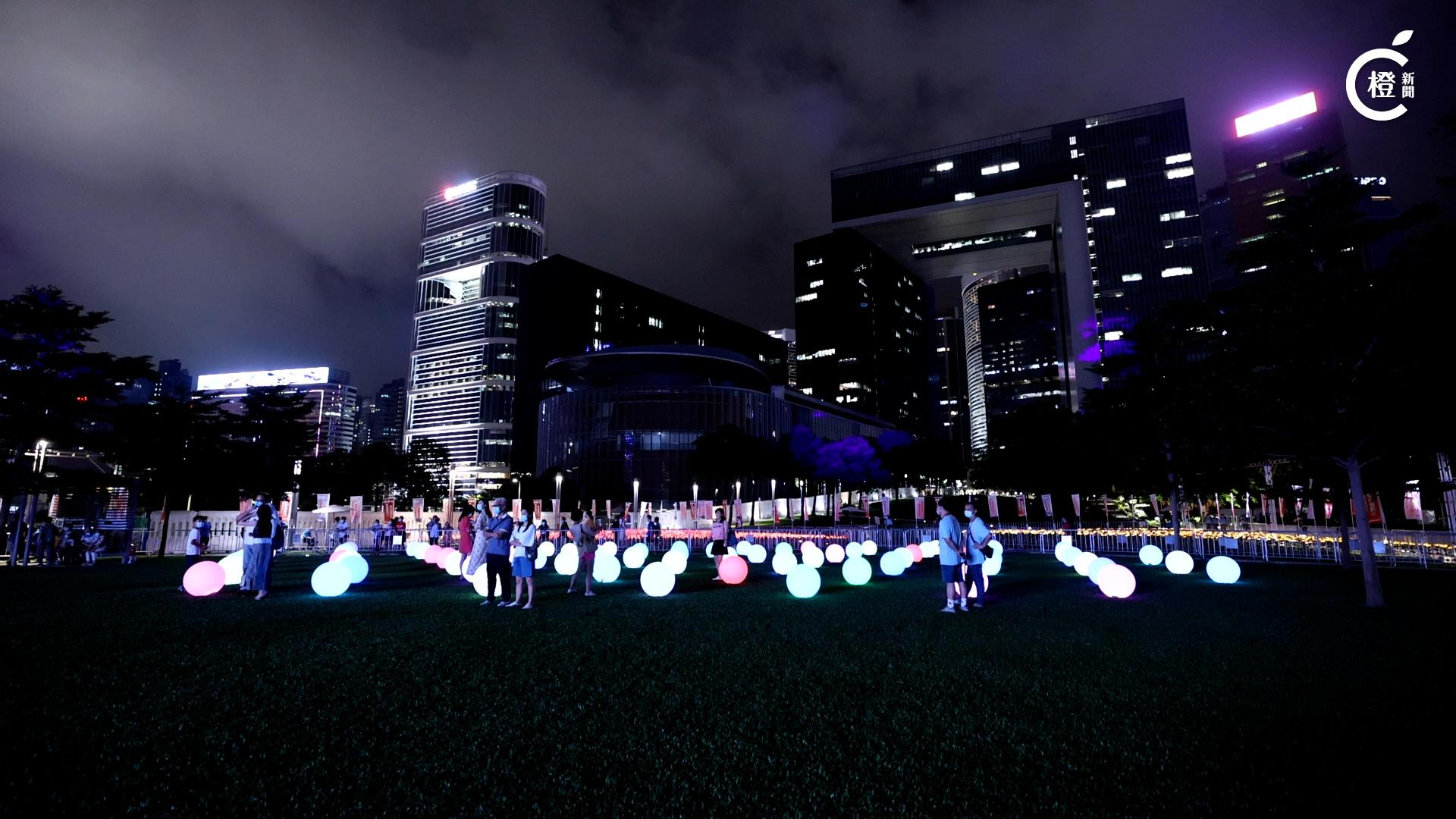 【有片】「光影3D耀維港」引市民「打卡」 投影紫荊花路寓意香港明天更好