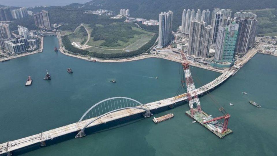 將軍澳跨灣連接路里程碑 預製雙拱鋼橋完成接駁