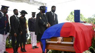 遇刺身亡海地總統莫伊茲舉行國葬 場外傳槍聲美代表急回國