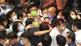 台「立法院」爆藍綠混戰 蘇貞昌遭推擠潑水