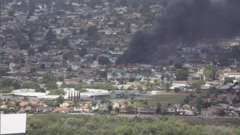 【有片】美國飛機引擎故障撞入民宅 大火頃刻燃燒致2人死亡